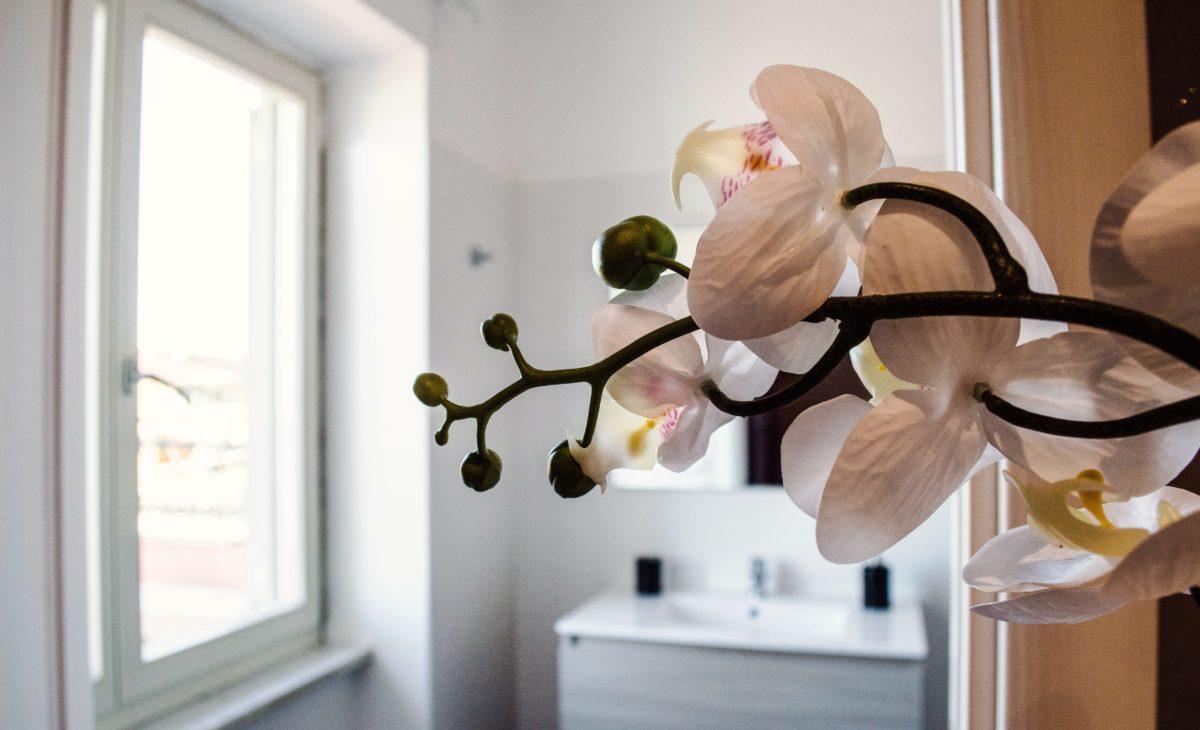 https://www.villaerasi.com/wp-content/uploads/2020/03/villa-erasi-camera-purple-decorazione-fiori-min-1200x730.jpg
