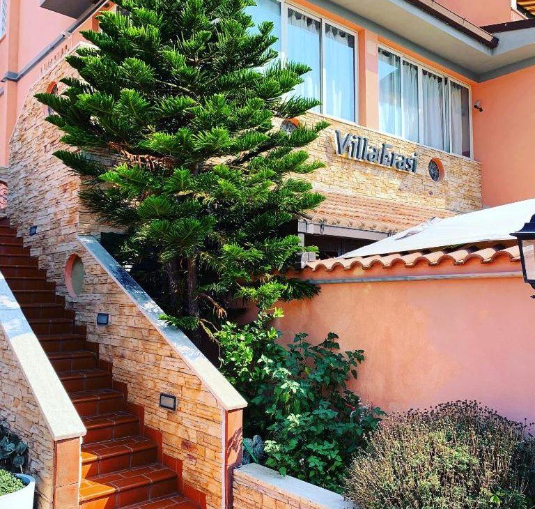 https://www.villaerasi.com/wp-content/uploads/2020/03/villa-erasi-foto-booking-esterno-768x730.jpg