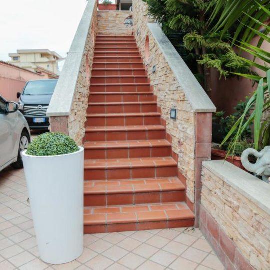 https://www.villaerasi.com/wp-content/uploads/2020/03/villa-erasi-foto-booking-esterno-scale-540x540.jpg