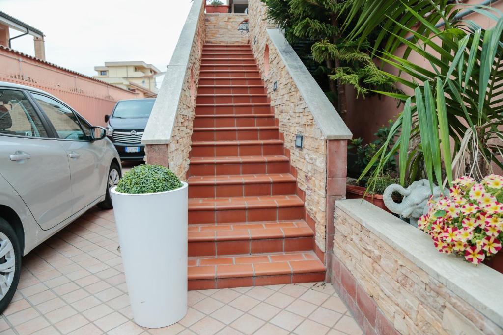 https://www.villaerasi.com/wp-content/uploads/2020/03/villa-erasi-foto-booking-esterno-scale.jpg