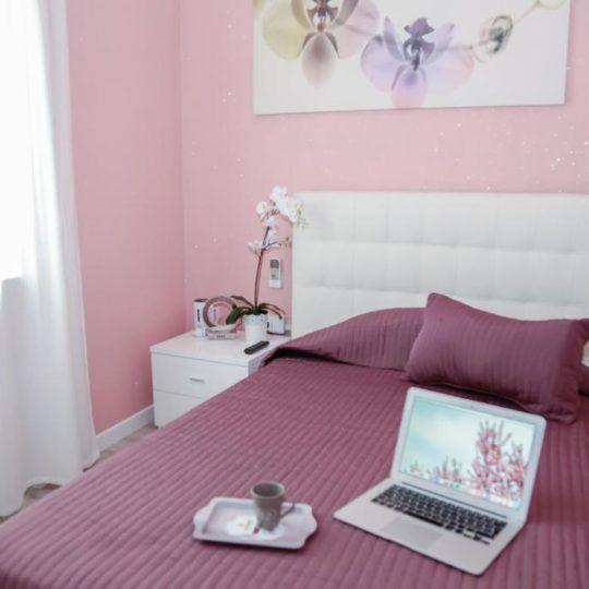 https://www.villaerasi.com/wp-content/uploads/2020/03/villa-erasi-foto-booking-pink-camera-540x540.jpg